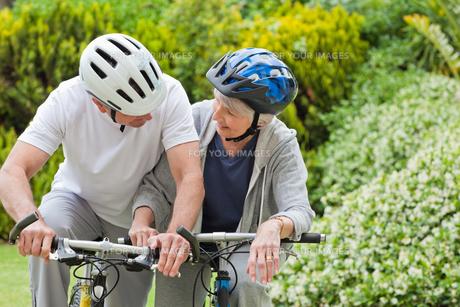 Mature couple mountain biking outsideの写真素材 [FYI00483860]