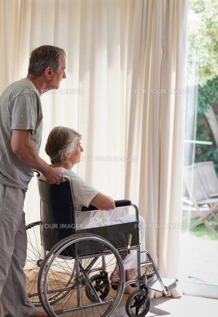 Retired couple looking out the windowの素材 [FYI00483866]