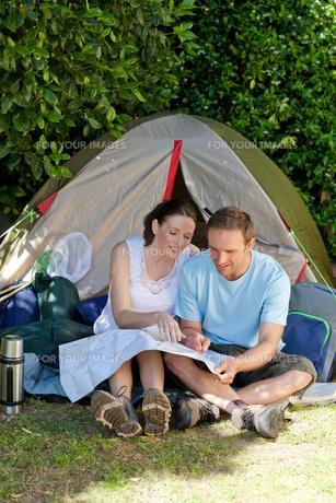 Couple camping in the gardenの写真素材 [FYI00483878]