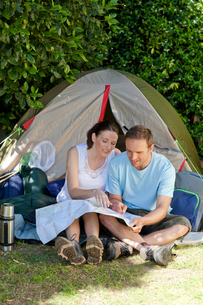 Couple camping in the gardenの写真素材 [FYI00483878]