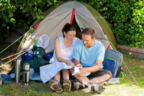 Couple camping in the gardenの素材 [FYI00483879]