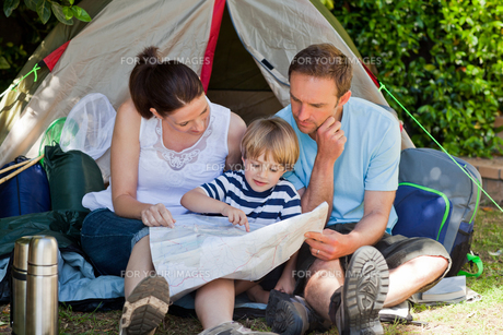 Family camping in the gardenの素材 [FYI00483880]
