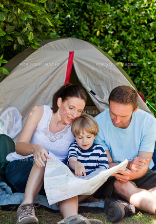 Family camping in the gardenの写真素材 [FYI00483882]