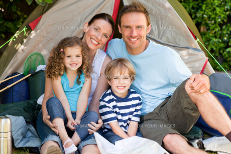 Adorable family camping in the gardenの素材 [FYI00483883]