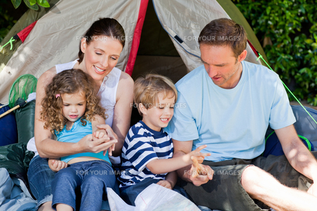 Adorable family camping in the gardenの素材 [FYI00483884]
