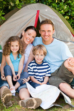 Adorable family camping in the gardenの写真素材 [FYI00483885]
