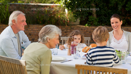 Family eating in the gardenの写真素材 [FYI00483886]