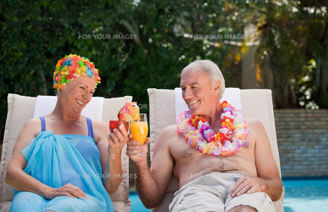 Happy senior couple drinking cocktailsの素材 [FYI00483902]