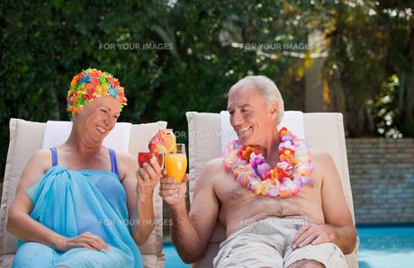 Happy senior couple drinking cocktailsの写真素材 [FYI00483902]