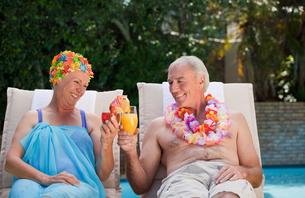 Happy senior couple drinking cocktailsの素材 [FYI00483902]
