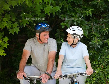 Senior couple mountain biking outsideの写真素材 [FYI00483903]
