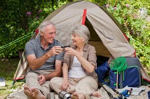 Seniors camping in the gardenの写真素材 [FYI00483904]