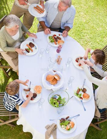 Family eating in the gardenの写真素材 [FYI00483906]