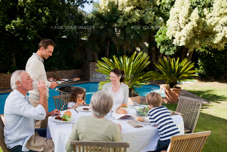 Family eating in the gardenの写真素材 [FYI00483907]