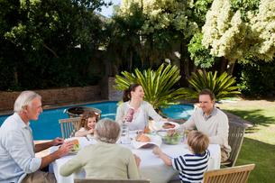 Family eating in the gardenの写真素材 [FYI00483908]