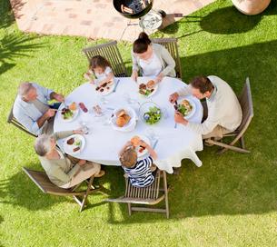 Family eating in the gardenの写真素材 [FYI00483909]