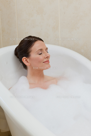 Beautiful woman taking a bathの素材 [FYI00483917]