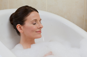 Beautiful woman taking a bathの素材 [FYI00483921]