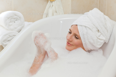 Lovely woman taking a bath with a towel on her headの素材 [FYI00483923]
