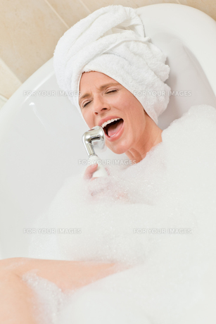 Charming woman taking a bath with a towel on her headの素材 [FYI00483926]