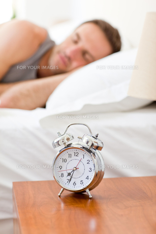Relaxing man sleeping in his bedの写真素材 [FYI00483928]