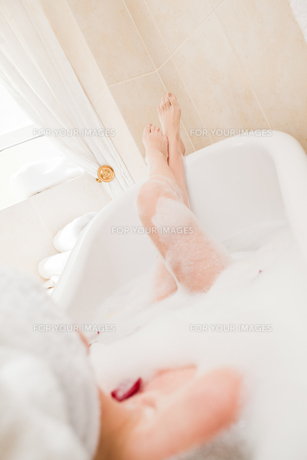 Pretty woman taking a relaxing bath with a towel on her headの素材 [FYI00483930]