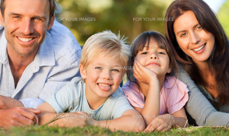Family lying down in the parkの写真素材 [FYI00483950]