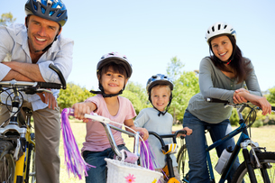 Family with their bikesの写真素材 [FYI00483951]
