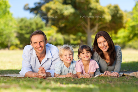 Family lying down in the parkの写真素材 [FYI00483954]