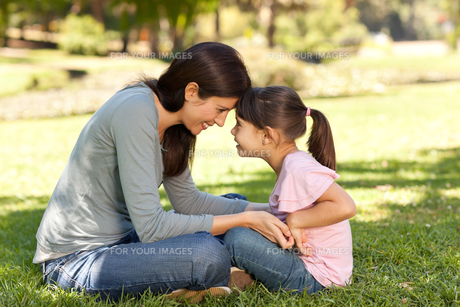 Happy mother with her daughter in the parkの写真素材 [FYI00483956]