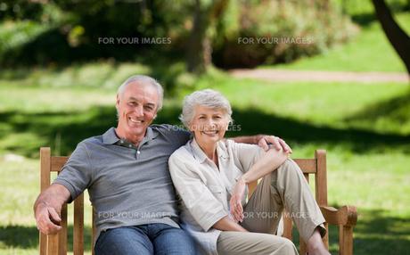 Senior couple sitting on a benchの写真素材 [FYI00483958]