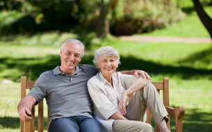 Senior couple sitting on a benchの写真素材 [FYI00483958]