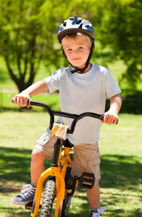 Boy with his bikeの写真素材 [FYI00483959]