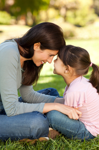 Happy mother with her daughter in the parkの写真素材 [FYI00483961]