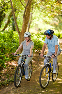 Elderly couple mountain biking outsideの写真素材 [FYI00483962]