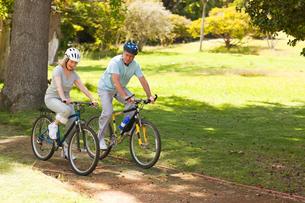 Retired couple mountain biking outsideの写真素材 [FYI00483963]