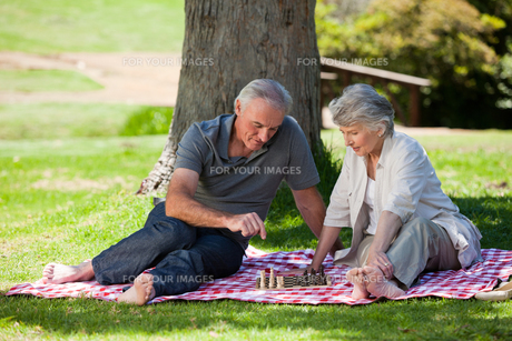Mature couple playing chessの写真素材 [FYI00483982]