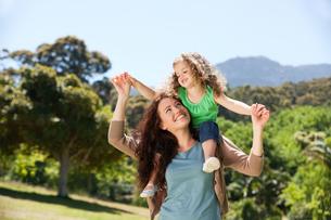 Woman giving daughter a piggybackの写真素材 [FYI00483986]