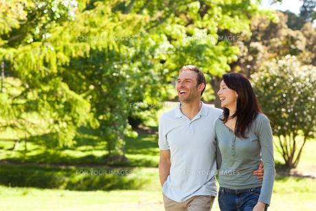 Couple in the parkの写真素材 [FYI00483996]