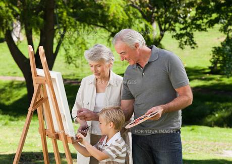 Family painting in the gardenの写真素材 [FYI00483997]