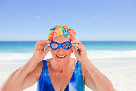 Senior woman in swimsuitの写真素材 [FYI00483998]