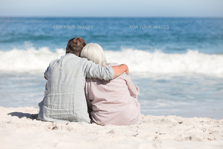 Senior couple sitting on the beachの素材 [FYI00484001]