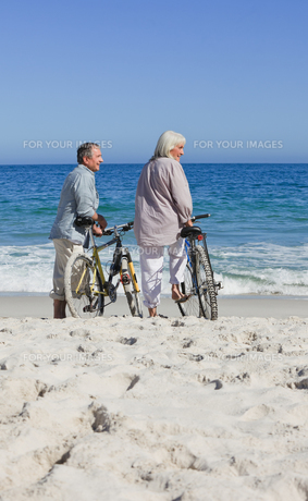 Senior couple with their bikes on the beachの素材 [FYI00484003]