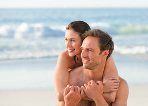 Enamored couple hugging on the beachの素材 [FYI00484006]