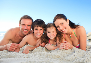 Family at the beachの写真素材 [FYI00484007]