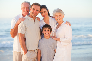 Portrait of a smiling family at the beachの写真素材 [FYI00484008]