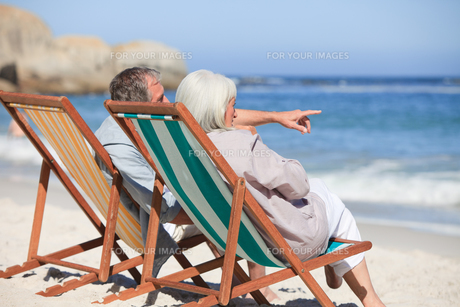 Retired couple sitting on deck chairsの素材 [FYI00484010]