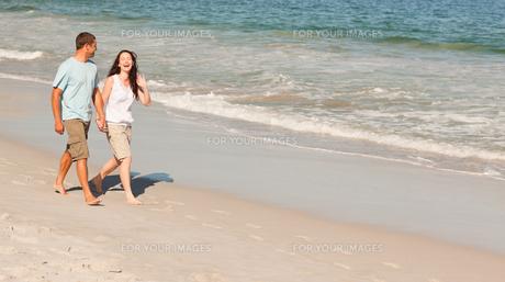 Couple walking on the beachの写真素材 [FYI00484011]
