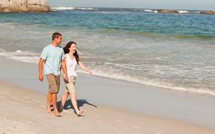 Couple walking on the beachの素材 [FYI00484012]