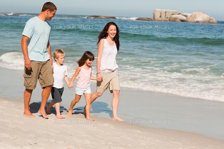 Family walking on the beachの写真素材 [FYI00484013]